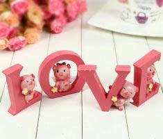 Thiên thần heo ôm chữ Love